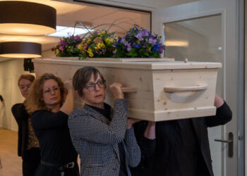 begrafenis-kist-op-schouder